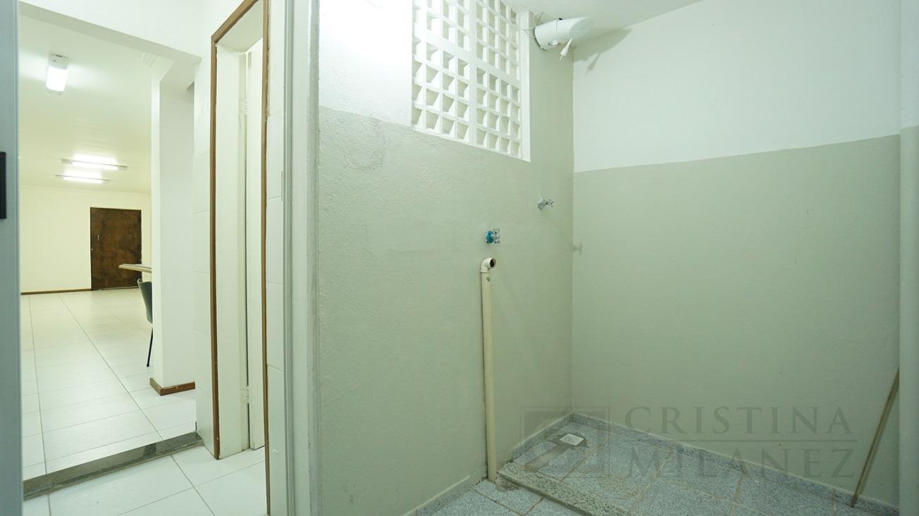 14 Área de banho e depósito (outro ângulo)